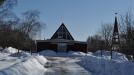 En modern kyrka som är stängd p.g.a. snön.