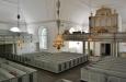 Det nyklassisistiska kyrkorummet med korsarmar.