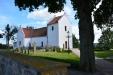 Röddinge vackra kyrka ligger stiligt uppe på åsen som skymmer Röddinge by och syns långväga kring.