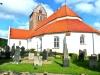 Kyrkan har tre skepp och koromgång. Burleska målningar som bland annat föreställer Erasmus martyrdöd