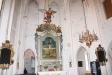 Altartavlan från 1775 med ett medeltida krucifix.