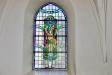Ett av flera vackra målade glasfönster.