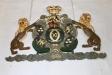 Det svenska riksvapnet med Karl XI:s krönta namnskiffer med årtalet 1689 reparerades 1726.