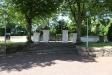 En av portarna i muren runt kyrkogården.