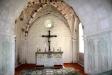 Altaret med vackra målningar i valvbågarna.