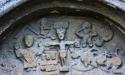 Bl a framträder Jesus och djävulen i denna stentavla ovanpå porten.