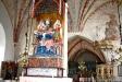 Mot den östra pelaren stöder sig Trefaldighetsaltaret.