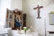 I långhusets nordöstra hörn finner man Jungfru Marias altare.