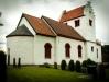 Romansk kyrka med ett brett västtorn. Dekorerad med romanska och gotiska kalkmålningar