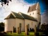 En klassisk medeltida kyrka med romanska målningar. Foto Stig Alenäs
