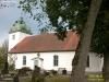 En fin kyrka som skyddas av träden