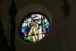 En av fem glasmosaiker i koret