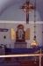 Interiör med triumfkrucifix och altartriptyk.