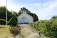 Kapellet ligger fint på sluttningen juni 2016.