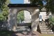 Genom en ståtlig stigport kommer man in på kyrkogården.