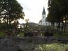 Kyrkan i Ljungskile med havet som bakgrund.