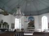 Kyrkan har fina kristallkronor.