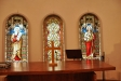 Äldre korfönster som nu döljs av altaret och dess uppsats