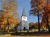 Kyrkan i höstens färger. Eget foto.