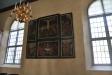 I vapenhuset finns fyra svarta minnestavlor. De är från 1600-talet