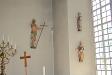 Träskulpturer till vänster om altaret.