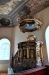 Här står det vem som gjort altaruppsatsen - Jonas Biur. Notera ljushållarna!