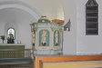 Predikstolen från 1773 är i provinsiell rokoko-stil.