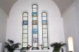 Korets glasfönster består av sex symboler som bildar ett kors med Kristus i mitten.