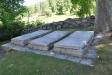 Gammal gravsten vid sydväggen