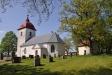 Acklinga kyrka 21 maj 2012. T.h. kyrkboden som varit både härbärge och tiondebod.