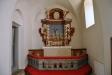 På ömse sidor altaret- kyrkvärdsbänkar