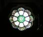 Ljuskronorna är dekorerade med effektfulla bibliska motiv