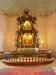 Fiffigt med ljupunkter i altaruppsatsen men knappast original...