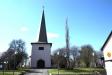 Kyrkan från parkeringen.