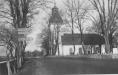 Ekeby kyrka 1954 gammal skylt och gammalt staket foto Göte Svedberg
