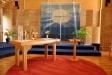 Altarprydnaden i blå textil är gjord av Anna-Lisa Odelqvist-Kruse