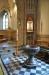 Fristående altare framför krucifixet på sin sockel med gotiska mönster