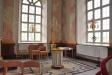 Altaret smyckat av delar från gammal predikstol