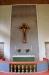 Ett krucifix från Oberammergau fäst på ett altarkors omgivet av strålglans