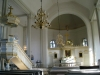 Vackert antikglas i fönstren bakom altaret