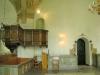Predikstolen är från 1653 och satt före 1716 på södra väggen