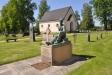 En mäktig gravsten framför kyrkan