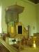 Predikstol och dopfunt i guldfärg. Foto:Bertil Mattsson