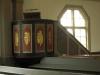 Predikstolen från 1700-talet som fick sin dekor vid renoveringen på 1930-talet