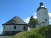 Hammerdals kyrka med Strandkapellet i förgrunden