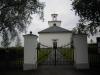 Kyrkan har tornet i öster