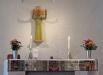 Eriksbergskyrkan. Altaret och Jesusskulpturen. Foto: (c) Kerstin Pilblad 2010.