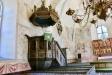 Predikstolen är ett vackert 1600-talsarbete utfört i päronträ.