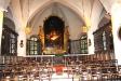 Altaret och koret dukat för konsert.