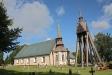 Kyrkan och klockstapeln från söder.